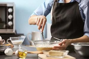 Empregada doméstica cozinhando